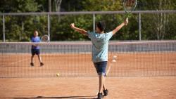 Enfants qui jouent au tennis sur terre battue
